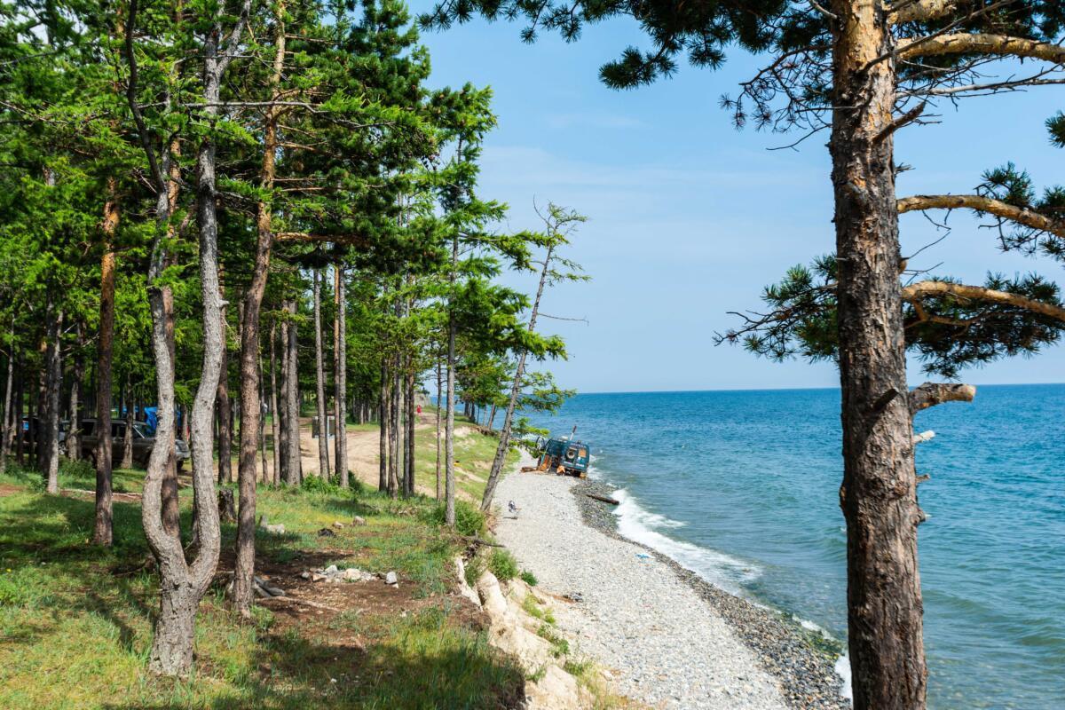 Побережье озера Байкал в Прибайкальском национальном парке возле поселка Большое Голоустное