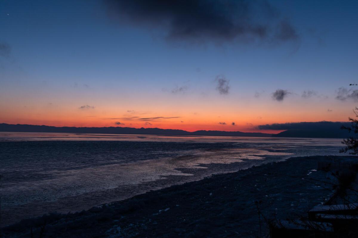 Байкал на закате в апреле
