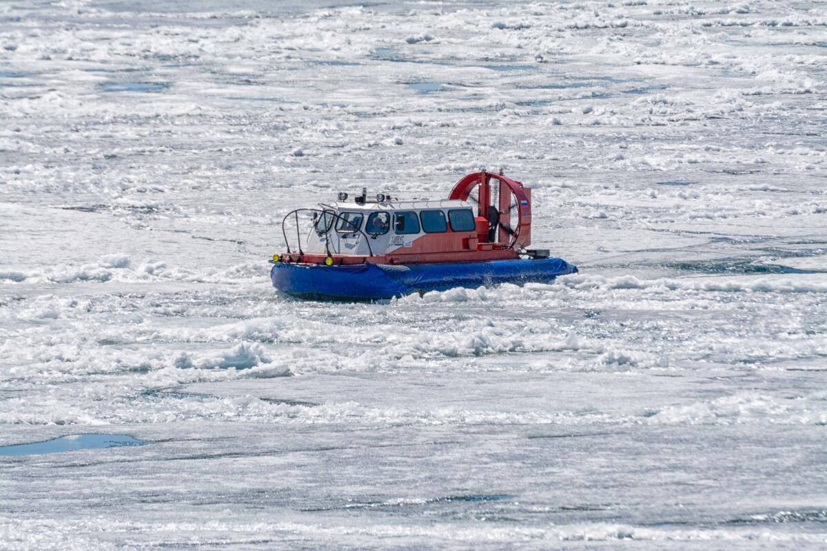 Аэрокатер судно на воздушной подушке Хивус-10 на рыхлом льду озера Байкал