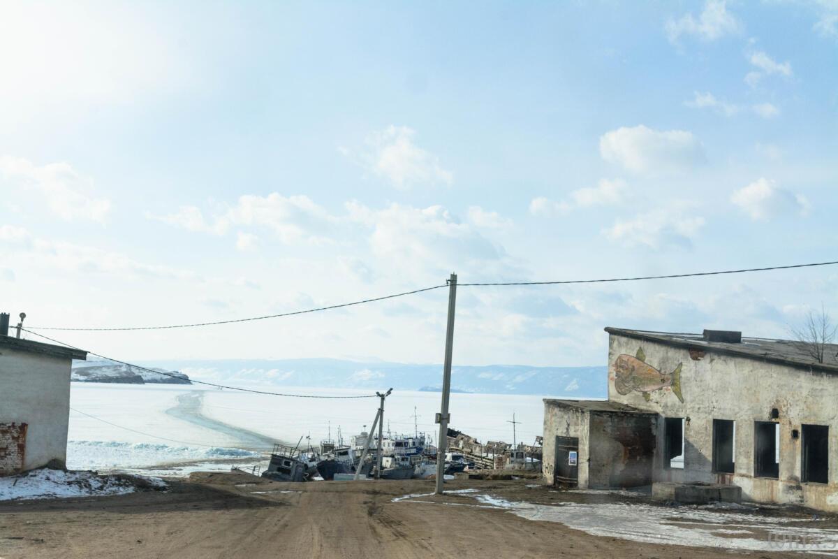 Пристань поселка Хужир на острове Ольхон зимой. В далеке ледовая переправа.