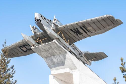 Памятник самолету АНТ 4 в поселке Таксимо
