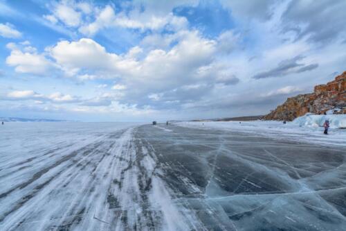 Ледовая дорога на Байкале возле острова Ольхон