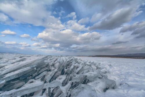 Торосы льда в месте столкновения льдин на озере Байкал