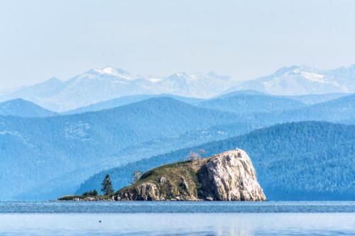 Вид на остров Покойницкий, где обитают бакланы. Чивыркуйский залив озера Байкал