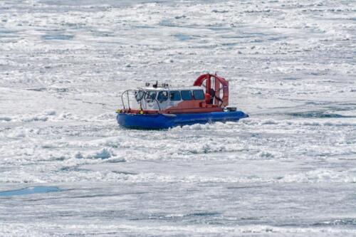 Аэрокатер - амфибия на воздушной подушке «Хивус-10». Пассажирская версия вместимостью 10 человек идет по рыхлому растаявшему льду на Байкале в мае