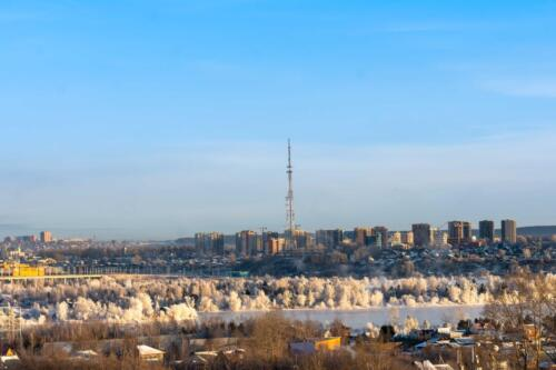Вид на Иркутск осенью. Виден Академический (новый) мост, острова Конный и Юность. На заднем плане телевышка и правобережный округ Иркутска.