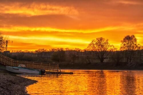 Иркутск, вид с реки Ангара на Свердловский район Города в Районе Академического (нового) моста на закате