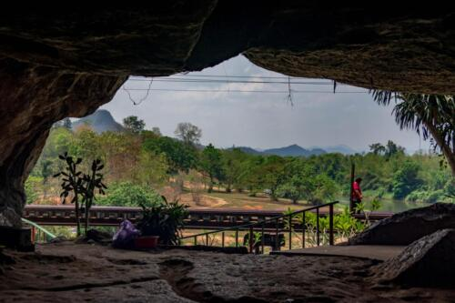 Вид из пещеры на железную дорогу, Таиланд