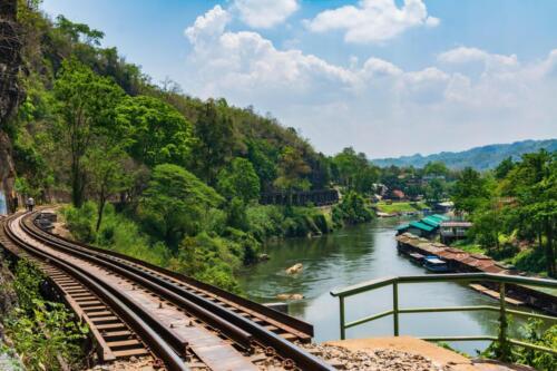 Железная дорога вдоль реки Квай в Таиланде