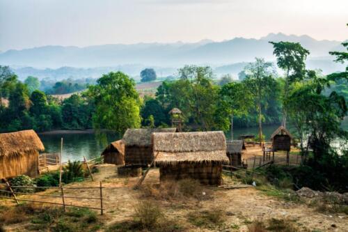 Деревня из традиционных строительных материалов в Таиланде, тростник, солома, жерди