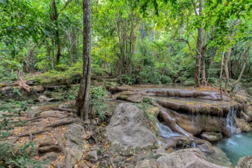 Стекающая по ступеням камней вода из ручья