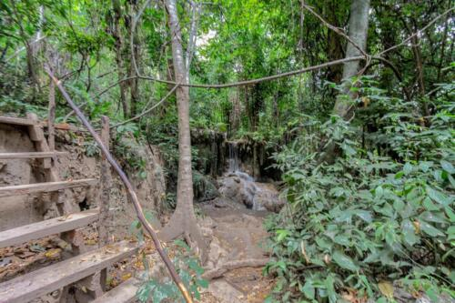 лестница на оборудованной горной тропе