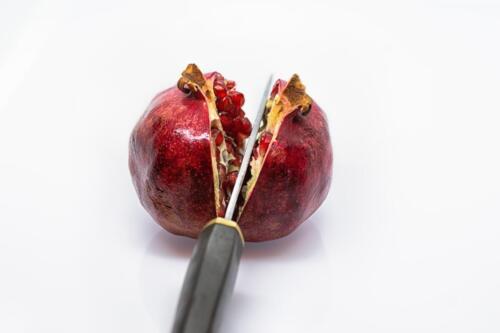 Гранат разрезанный ножом