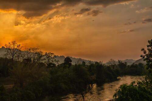 Река в джунглях Тайланда на закате