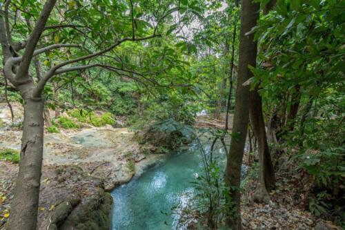 Ручей с красивым оттенком воды в джунглях перед дождем